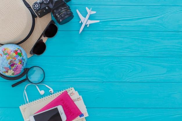 Vista dall'alto di oggetti d'estate decorativi sulla superficie di legno Foto Gratuite