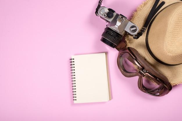 Vista dall'alto di oggetti e gadget per accessori da viaggio Foto Gratuite
