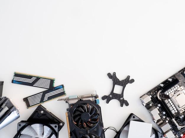 Vista dall'alto di parti di computer con hard disk, unità a stato solido, ram, cpu, scheda grafica, raffreddamento a liquido e scheda madre Foto Premium