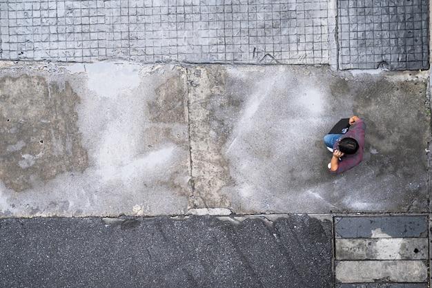 Vista dall'alto di persone che viaggiano a piedi in città Foto Premium