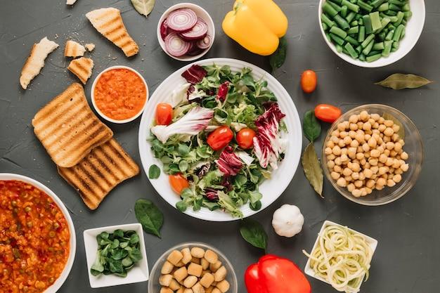 Vista dall'alto di piatti con insalata e toast Foto Gratuite