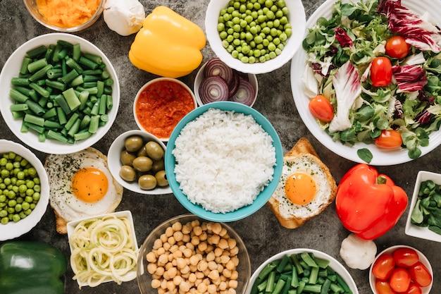 Vista dall'alto di piatti con riso e peperoni Foto Gratuite
