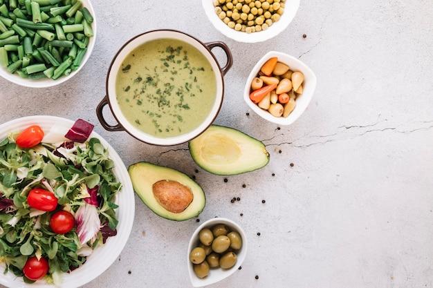 Vista dall'alto di piatti con zuppa e avocado Foto Gratuite