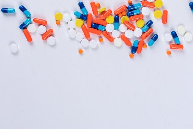 Vista dall'alto di pillole colorate Foto Gratuite