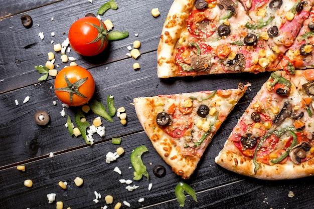 Vista dall'alto di pizza ai peperoni con granelli di sesamo Foto Gratuite