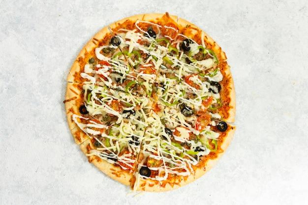 Vista dall'alto di pizza al forno Foto Gratuite