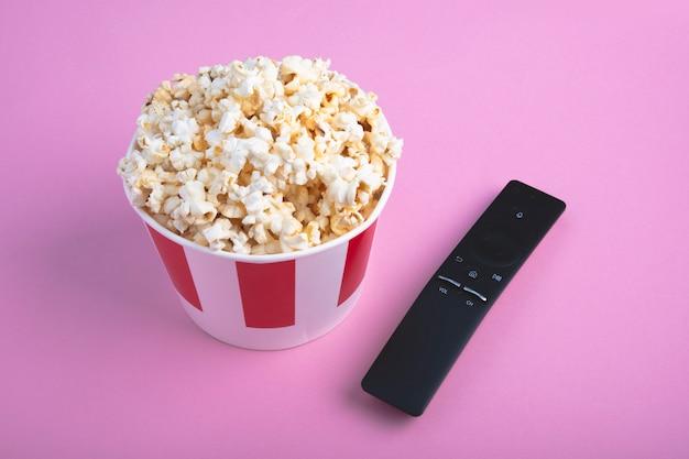 Vista dall'alto di popcorn fresco croccante in una scatola di carta Foto Premium