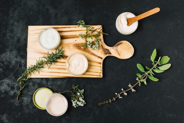 Vista dall'alto di prodotti di oliva e olio di cocco Foto Gratuite