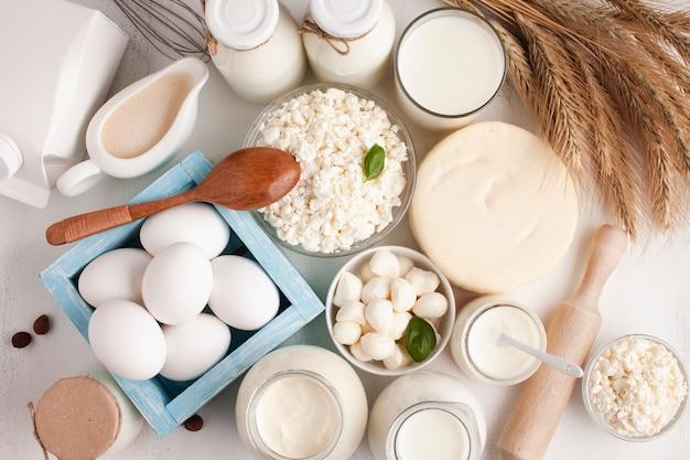 Vista dall'alto di prodotti lattiero-caseari e cereali Foto Gratuite