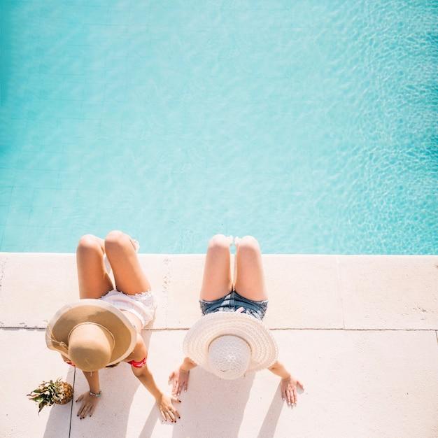 Vista dall'alto di ragazze di fronte alla piscina Foto Gratuite