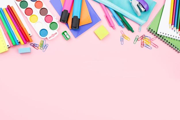 Vista dall'alto di ritorno a scuola elementi essenziali con matite e acquerello Foto Gratuite
