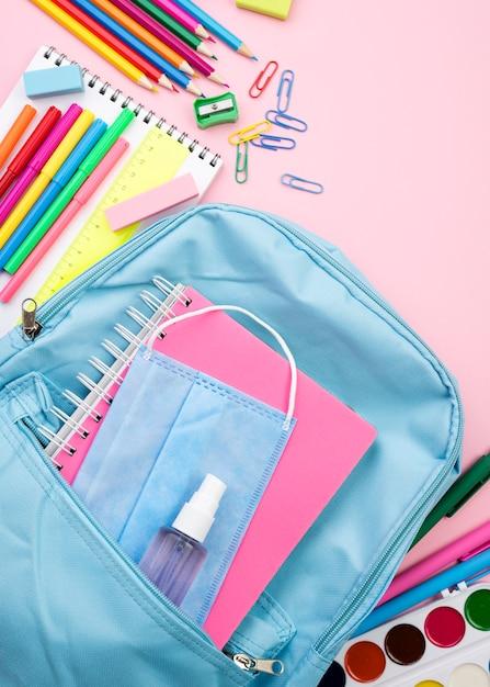 Vista dall'alto di ritorno a scuola elementi essenziali con matite e quaderno Foto Gratuite
