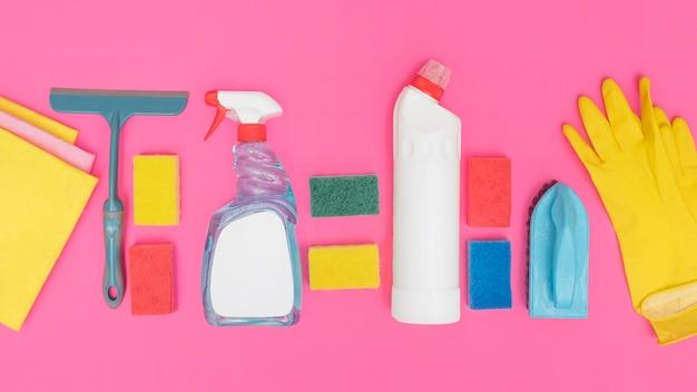 Vista dall'alto di soluzioni detergenti con guanto e spugne Foto Gratuite