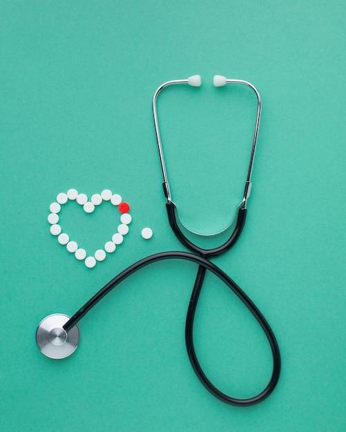 Vista dall'alto di stetoscopio e pillole Foto Gratuite