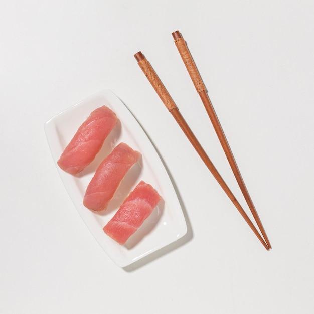 Vista dall'alto di sushi di pesce con le bacchette Foto Gratuite