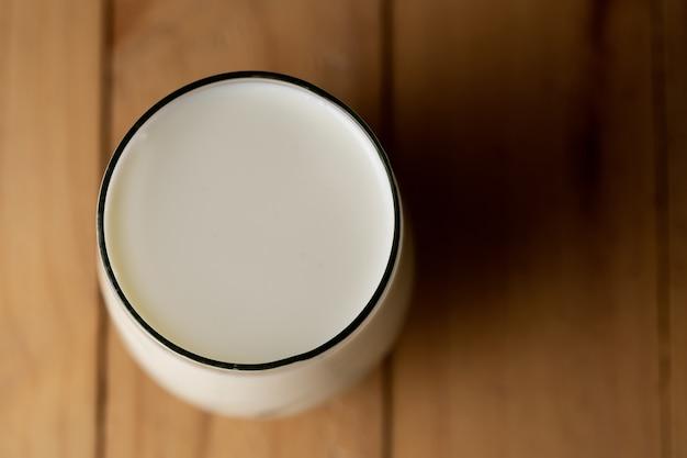 Vista dall'alto di un bicchiere di latte Foto Gratuite