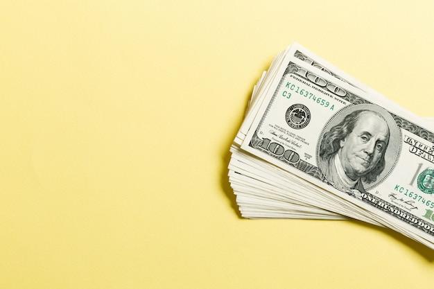 Vista dall'alto di un fascio di banconote da 100 dollari Foto Premium