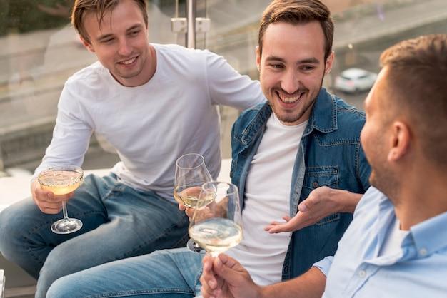 Vista dall'alto di uomini che bevono vino Foto Gratuite