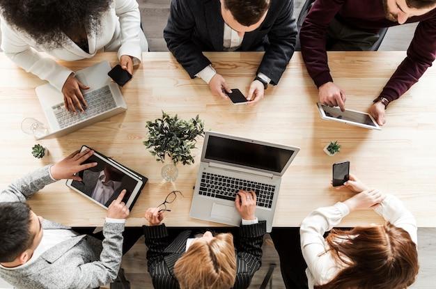 Vista dall'alto di uomini d'affari in riunione Foto Gratuite