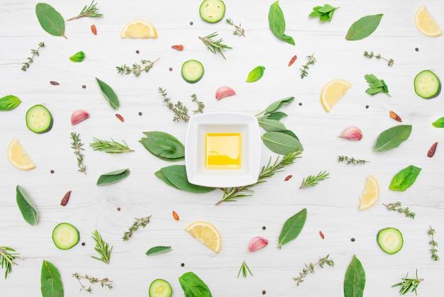 Vista dall'alto di vari tipi di foglie di erbe aromatiche Foto Premium