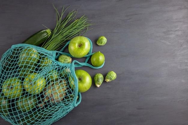 Vista dall'alto di verdure biologiche fresche di colore verde Foto Premium