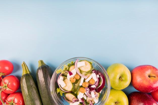 Vista dall'alto di verdure, frutta e insalata con copia-spazio Foto Gratuite