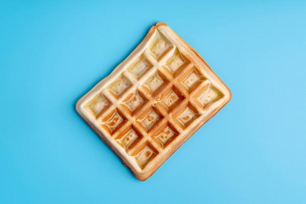 Vista dall'alto di waffle su sfondo blu Foto Gratuite