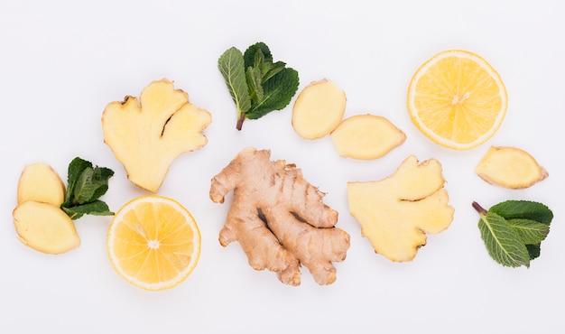 Vista dall'alto di zenzero aromatico con fettine di limone Foto Gratuite