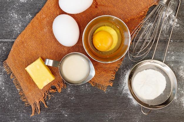 Vista dall'alto disposizione degli ingredienti per prodotti da forno Foto Gratuite