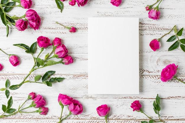 Vista dall'alto disposizione delle rose sul tavolo Foto Gratuite