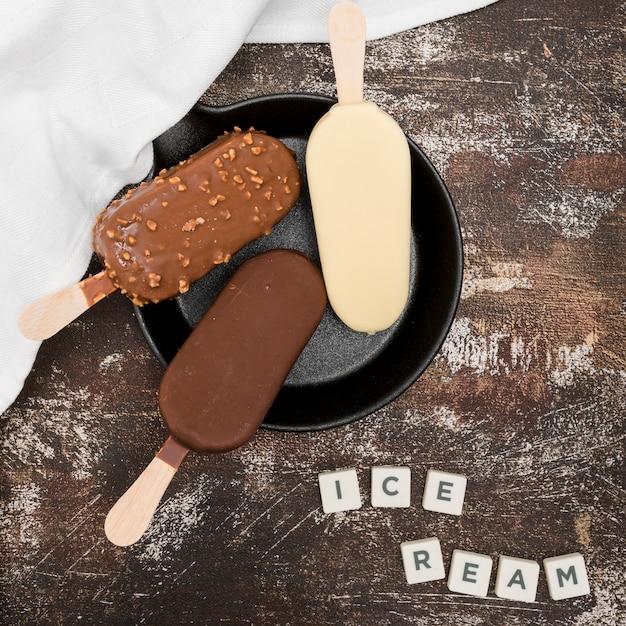 Vista dall'alto diversi tipi di gelato Foto Gratuite