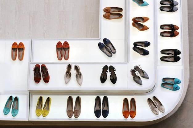 Vista dall'alto donna scarpe col tacco alto in negozio Foto Premium