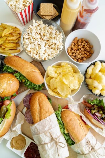 Vista dall'alto fast food sul tavolo Foto Gratuite