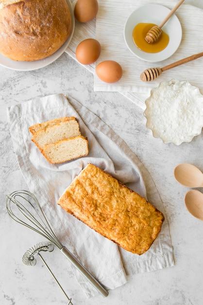 Vista dall'alto fette di pane alla banana con uova e miele Foto Gratuite