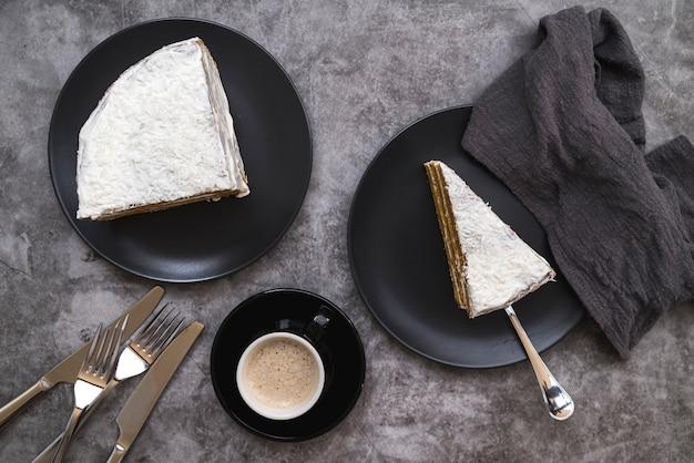Vista dall'alto fette di torta con caffè sul tavolo Foto Gratuite