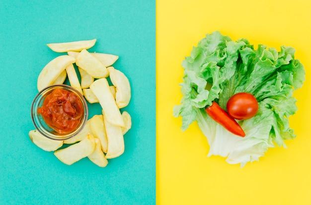 Vista dall'alto fritture vs verdure Foto Gratuite