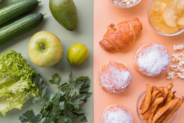Vista dall'alto frutta e verdura verde con spuntino malsano Foto Gratuite