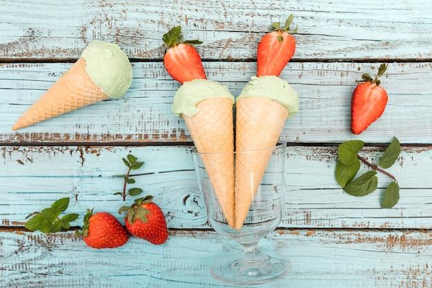 Vista dall'alto gelati con frutta Foto Gratuite