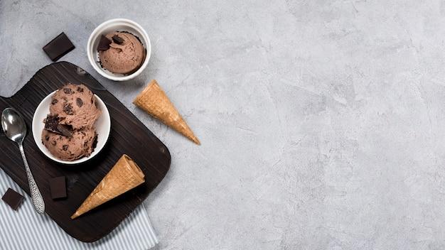 Vista dall'alto gelato al cioccolato sul tavolo Foto Gratuite