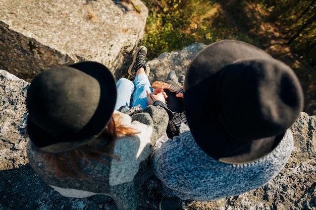 Vista dall'alto giovane coppia con cappelli Foto Gratuite