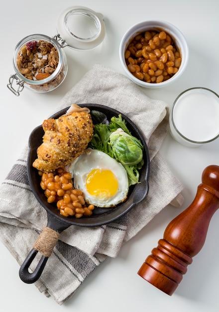 Vista dall'alto gustosa colazione pronta per essere servita Foto Gratuite