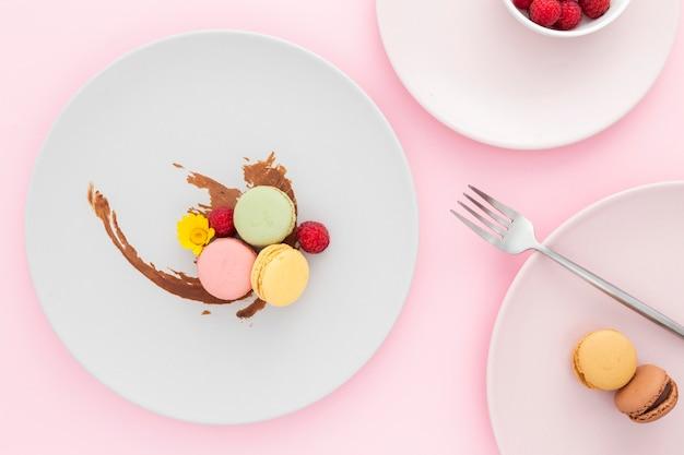 Vista dall'alto gustosi macarons sul tavolo Foto Gratuite