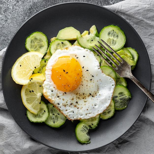 Vista dall'alto insalata con uovo Foto Gratuite
