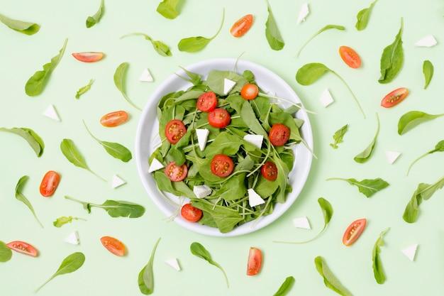 Vista dall'alto insalata fresca con pomodori sul tavolo Foto Gratuite