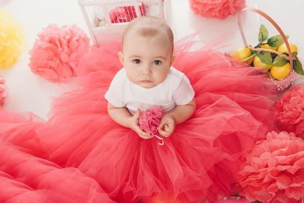 Vista dall'alto: la bambina madre seduta in abiti rosa sul pavimento Foto Premium