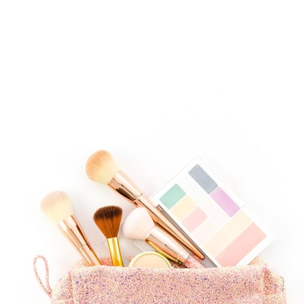 Vista dall'alto make up spazzole nel sacchetto della toilette Foto Gratuite