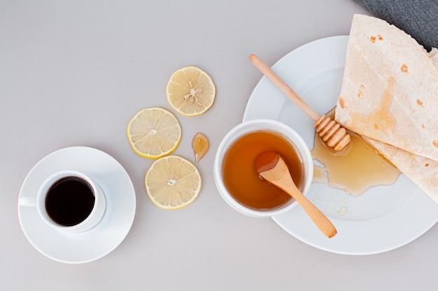Vista dall'alto miele biologico con tortillas Foto Gratuite