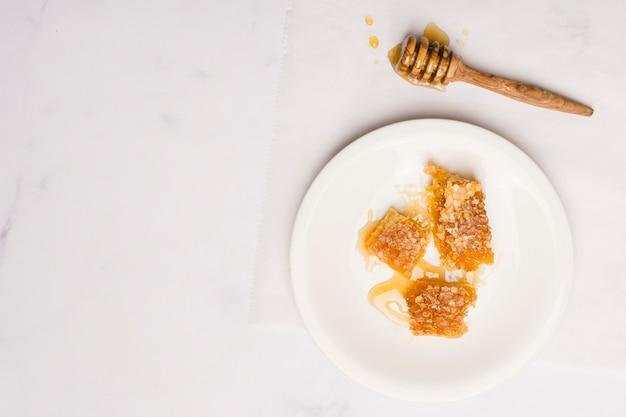 Vista dall'alto miele con pezzi a nido d'ape Foto Gratuite
