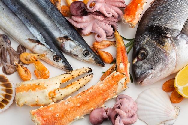 Vista dall'alto mix di deliziosi frutti di mare Foto Gratuite