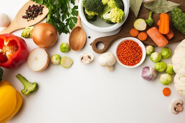 Vista dall'alto mix di verdure con spazio di copia Foto Gratuite